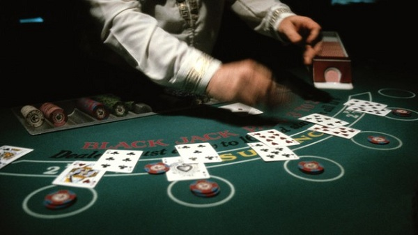 blackjack-table-dealer